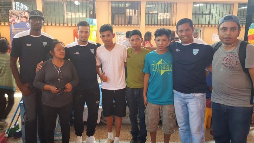 Selección nacional de fútbol ayudando al Cambray