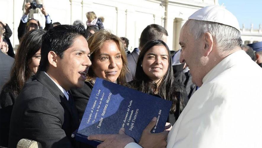 El guatemalteco Diego Martínez le entregó medio millón de firmas al Papa Francisco en 2014. (Foto: Facebook Diego Martínez)