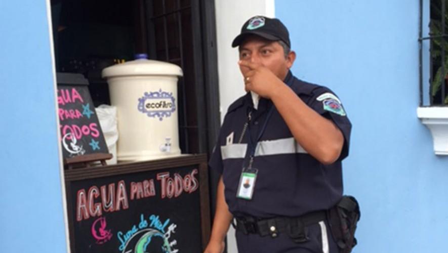 """Un policía disfruta de """"Agua para todos"""" en Antigua Guatemala. (Foto: Facebook Ecofiltro)"""