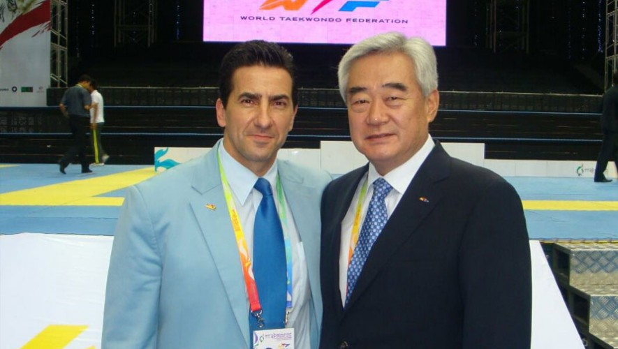 Marco Prado junto a la máxima autoridad del Taekwondo, Dr. Chuongwon Choue. (Foto: Facebook Marco Prado)