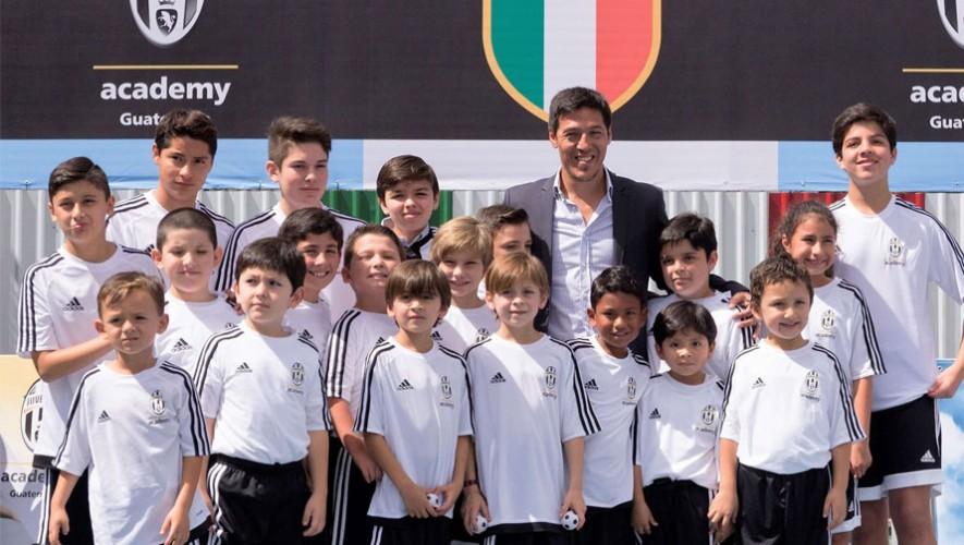 Mauro Camoranesi junto a la primera generación de la Juventus Academy Guatemala. (Foto: Facebook Juventus Academy Guatemala)