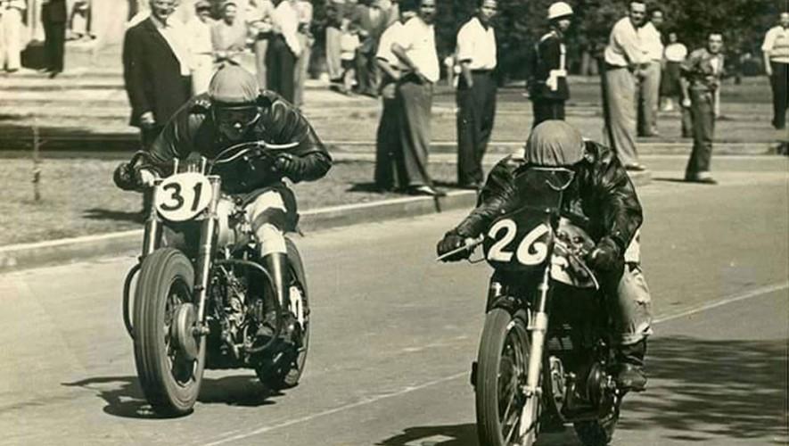 Carrera de motocicletas en la Avenida Reforma en 1950. (Foto: Facebook Fotos Antiguas de Guatemala)