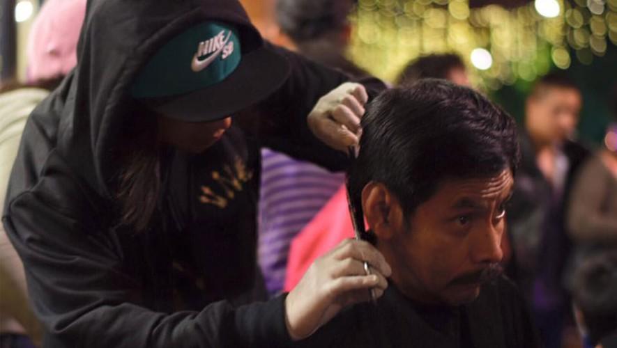 El colectivo de barberos ofreció sus servicios a las personas más necesitadas. (Foto: Facebook BCG)