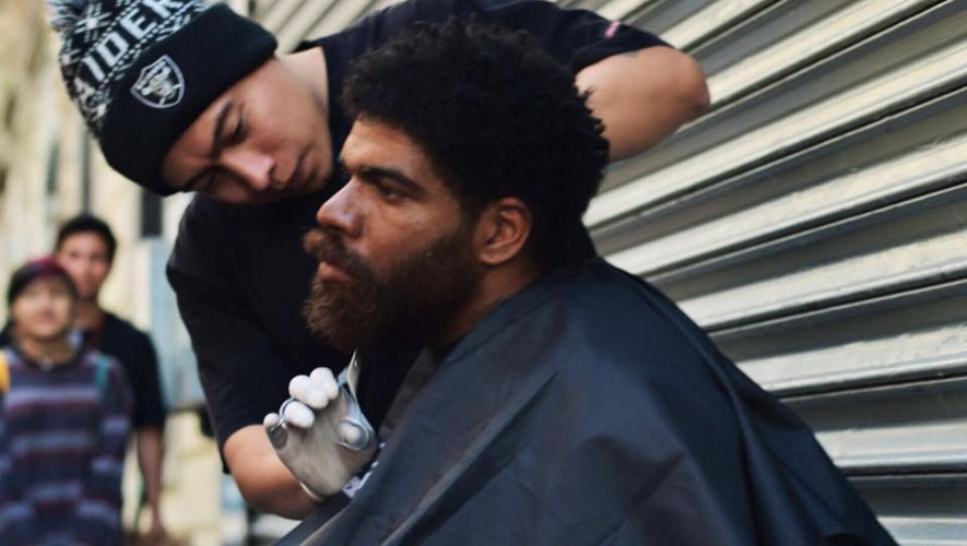 El grupo de barberos Barber's Garage Crew salió a las calles a regalar cortes de cabello. (Foto: Facebook BCG)