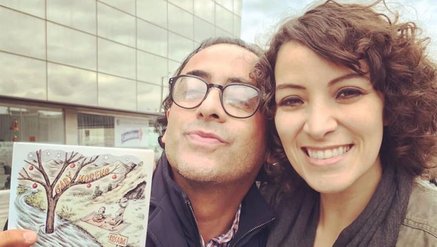 """Gaby Moreno junto al comediante Adal Ramones y el disco """"Posada"""". (Foto: Twitter Gaby Moreno)"""