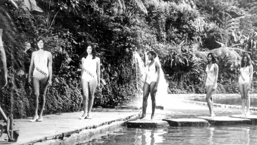 Fotografía de Miss Universo 1975, certamen en el que participó Emy Elvia Abascal, segunda de izquierda a derecha. (Foto: Facebook SalviCharm.com)