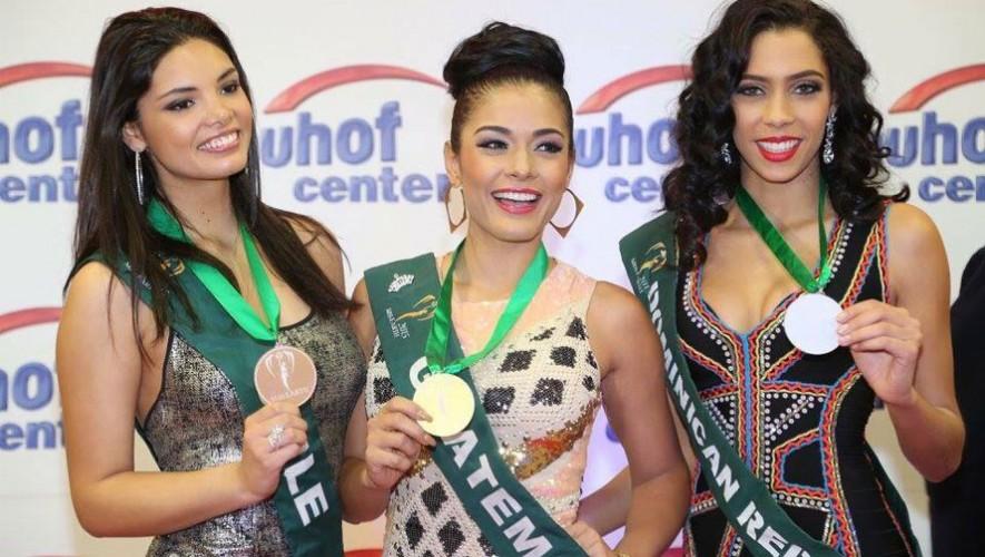 Sara Guerrero, al centro, muestra la medalla de oro que obtuvo en el certamen Miss Earth 2015. (Foto: Facebook Sara Guerrero)