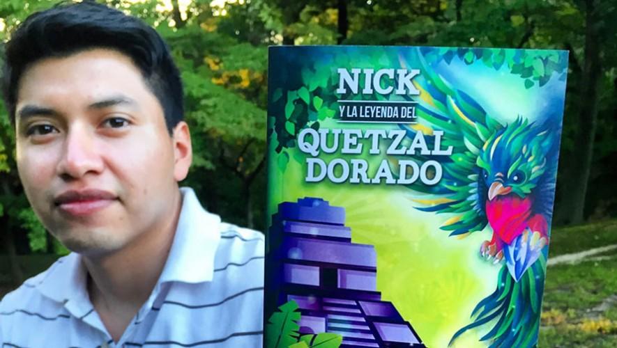 """Héctor F. Xep junto a su primer libro """"Nick y la Leyenda del Quetzal Dorado"""". (Foto: Facebook Editorial SonicerJ)"""