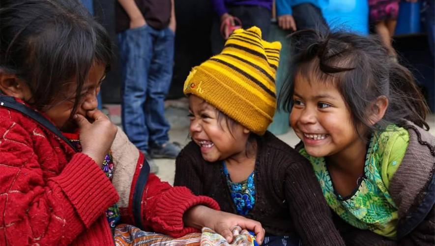 Una pareja de guatemaltecos celebró su aniversario compartiendo con los más necesitados (Foto: Facebook Perhaps you need a little Guatemala/ Diane E. Phillips)