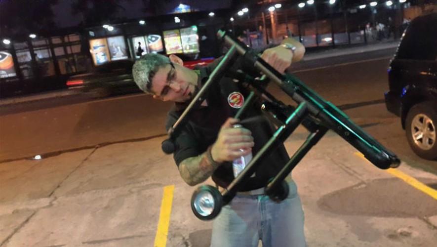 Luis Aldana se dedica a construir sillas de ruedas para perros. (Foto: Facebook Sillas de ruedas para tu mascota GT)