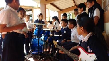 """Niños del Centro Escolar """"Miguel Magone"""" con los instrumentos donados por Michel Alvizures y Ricardo Estrada."""
