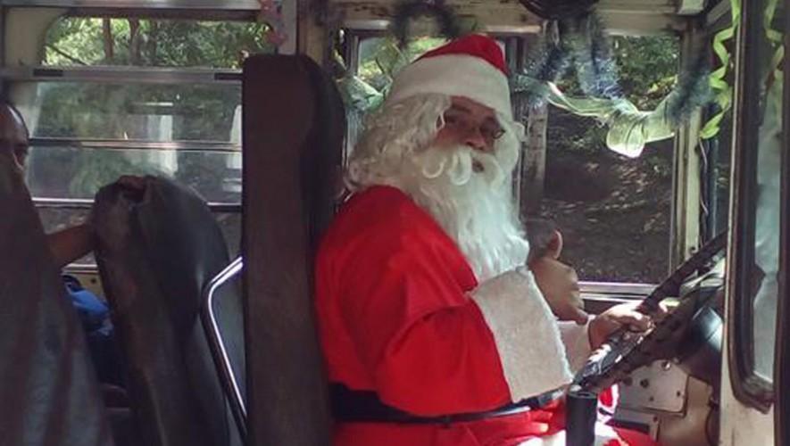 Un piloto de bus en Guatemala se disfrazó de Santa Claus para Navidad. (Foto: Facebook Pampichi News Amatitlan)