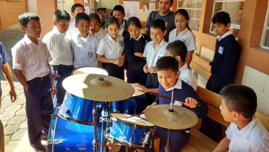 """Los niños del Centro Escolar """"Miguel Magone"""" asombrados por la donación de Skalda2. (Foto: Skalda2)"""