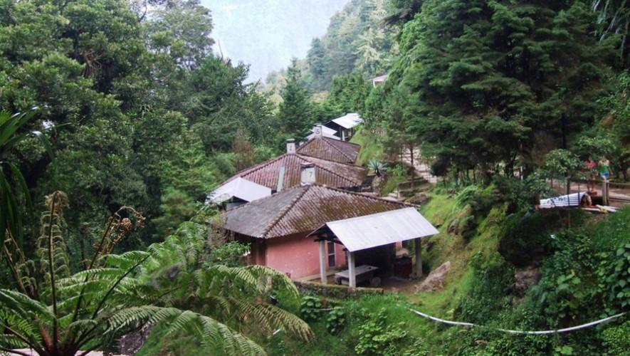 El balneario cuenta con bungalows para hacer más placentera la estadía. (Foto: Facebook  Fuentes Georginas Zunil Guatemala)
