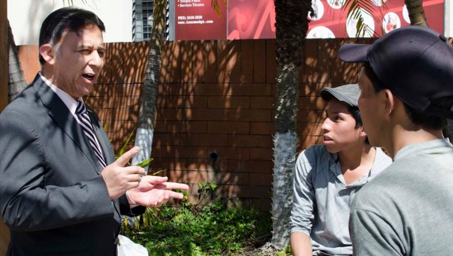 Los jóvenes Mario y Daniel Cumez fueron recompensados por su esfuerzo. (Foto: Universidad Panamericana)