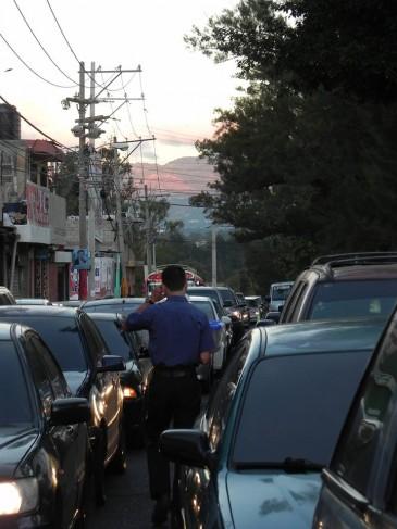 Entre largas filas de carros Federico vende sus refacciones. (Foto: Pablo Miranda)