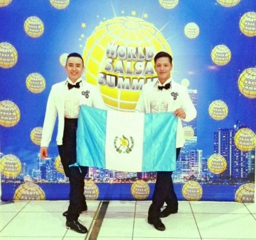 "Brian y obtuvieron el 2o. lugar en la categoria ""Same Gender"". (foto: ADS-Addiction Dance Studio)"