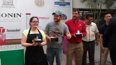 Betty Leiva —segundo lugar—, Héctor González —primer lugar— y Norberto Ortíz —tercer lugar—. (Foto: Café Divino)