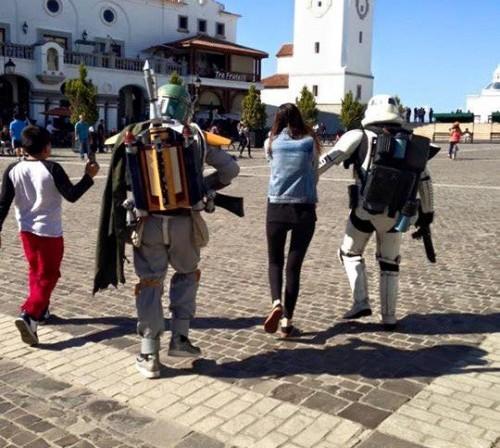 """Bobba Fet y Sandtrooper """"secuestraron"""" a la joven para llevarla al lugar de la propuesta. (Foto: Sergio Sosa)"""