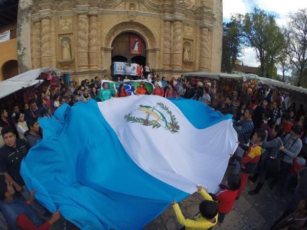 Guatemaltecos y mexicanos, crean el dialogo y la unión en oración por la paz del mundo y por los migrantes. (Foto: Al Vaticano X Guate)