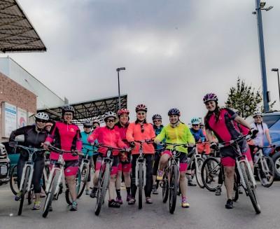 Las chicas se reunieron en Majadas para comenzar a recorrer la ciudad en bicicleta. (Foto: J Andrés Gálvez-Sobral)