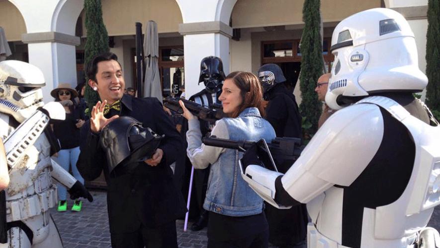 Luego de la propuesta, la pareja aprovechó el tiempo para fotografiarse junto a los personajes. (Foto: Sergio Sosa)