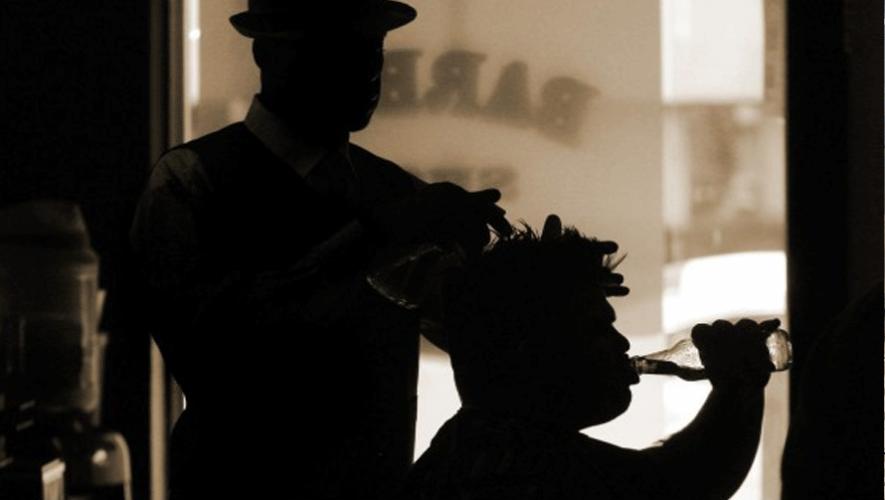 Las barberías tradicionales quedaron atrás, ahora también puedes tomar cerveza mientras te cortan el pelo.