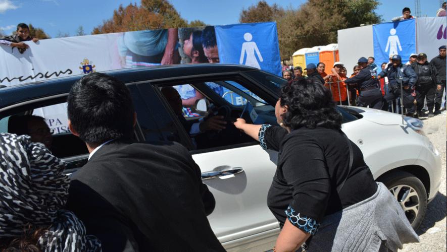 El  momento en el que Diego Martínez y Claudia Moreno entregan el material a la seguridad del Papa. (Foto: Xpresate Guate)