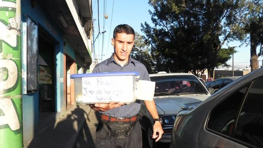 Federico Denegri trabaja vendiendo comida en el tráfico de San Miguel Petapa. (Foto: Pablo Miranda)