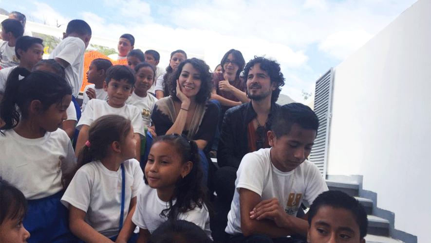 Gaby Moreno y Tommy Torres junto a los niños de la Escuela Adentro. (Foto: Fundación Adentro)