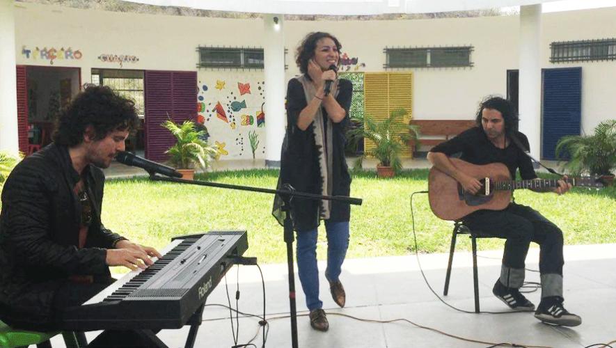 Los artistas Gaby Moreno, Tommy Torres y David Garza visitaron la Escuela Adentro. (Foto: Fundación Adentro)