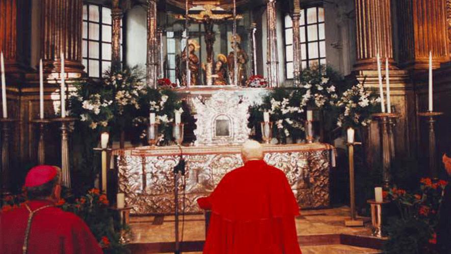 El Papa observa la imagen del Cristo Negro de Esquipulas. (Foto: Nuestra Esquipulitas)