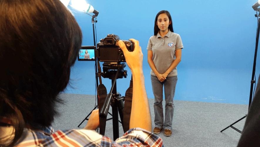 Los jóvenes utilizaron intérpretes profesionales para enseñar a las personas el lenguaje de señas. (Foto: Kitsord)