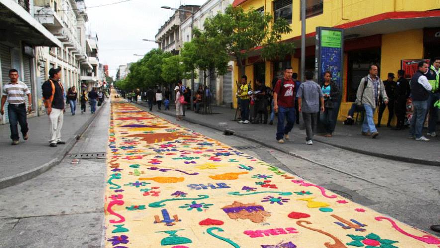 El récord de la alfombra más larga del mundo es de 2329.2 metros y fue establecido en Guatemala. (Foto: Municipalidad de Guatemala)