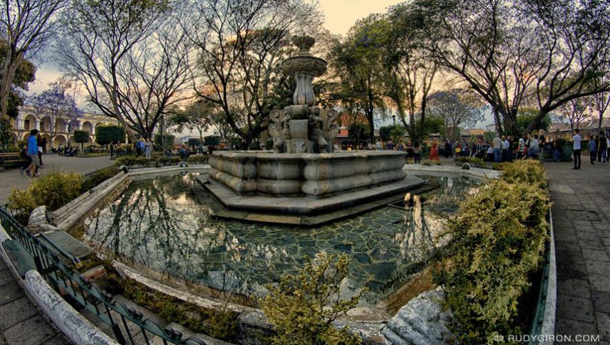 El proyecto de Remozamiento de la Plaza Central de La Antigua Guatemala comenzó en febrero 2016. (Foto: Rudy Girón)
