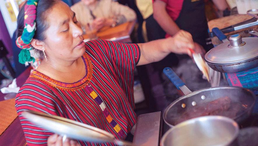 La comida guatemalteca se elabora de manera artesanal. (Foto: Al Argueta)