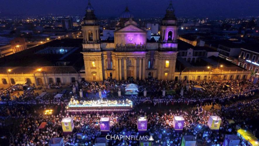 Vista de la Procesión de Cristo Rey de Candelaria en su paso frente a la Catedral Metropolitana. (Foto: Chapin Films)