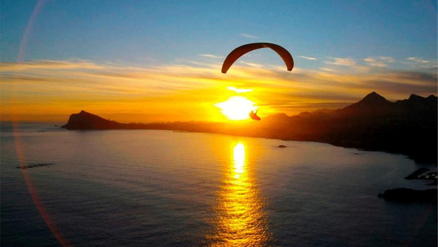 Imagínate sobrevolando sobre el hermoso Lago de Atitlán. (Foto: Destino Guate)