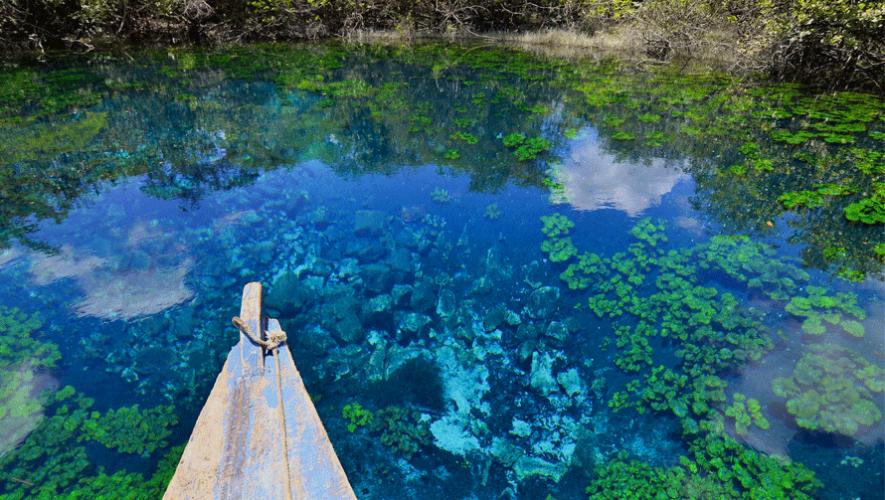 El Cráter Azul, un nacimiento de aguas cristalinas en Petén. (Foto: Rony Rodríguez)