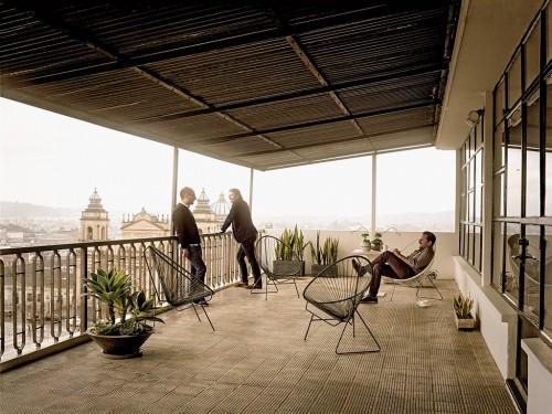 Los empresarios junto a Dario Escobar en un balcón de la zona 1. (Foto: Francois Dischinger)