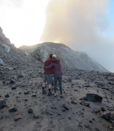 Kayleigh Kulp junto a su esposo Jay observando la leve erupción del volcán Santiaguito. Foto: Kayleigh Kulp