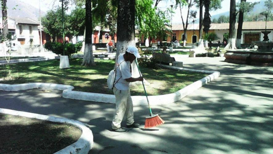 Personas indigentes trabajan en Antigua Guatemala para mantener las calles limpias. (Foto: Noticiero Starnews)