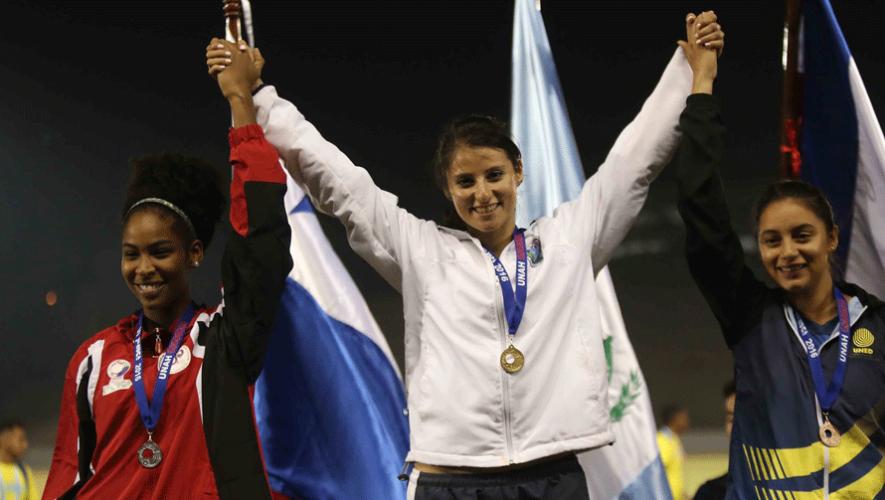 Thelma Fuentes (al centro) obtuvo el primer lugar en salto triple durante los Juegos Universitarios 2016. (Foto: JUDUCA Honduras 2016)