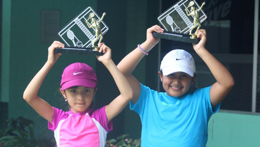 Nina Chávez y Margaux Botrán, ganadoras de la categoría U-10 Niñas. (Foto: Juniorcupguate)
