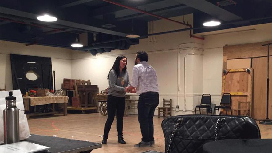 """Mario Chang junto a la soprano Aleksandra Kurzak en los ensayos de """"El Elixir de Amor"""". (Foto: Mario Chang)"""