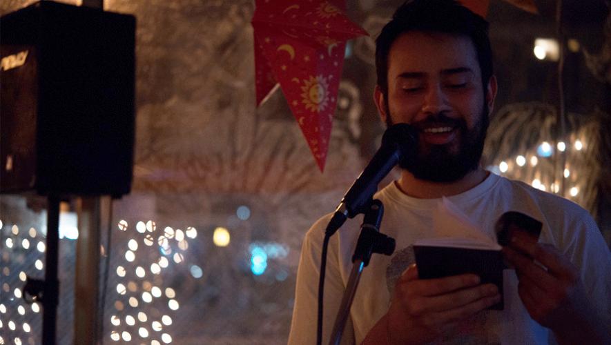 El poeta guatemalteco Pep Balcárcel durante una presentación de Poetas en el Chiri. (Foto: Santiago Billy/Cortesía)
