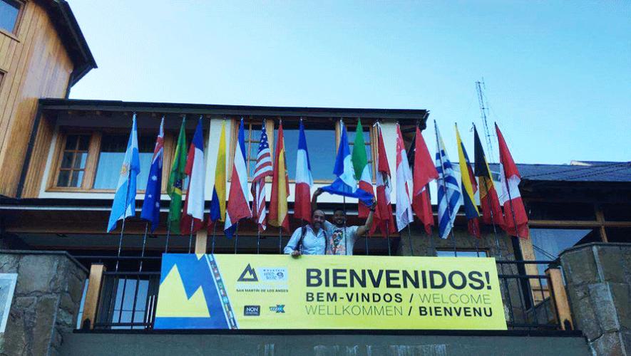 Los atletas nacionales ondearon con orgullo la bandera de Guatemala a su llegada. (Foto: Benito Arreaga)