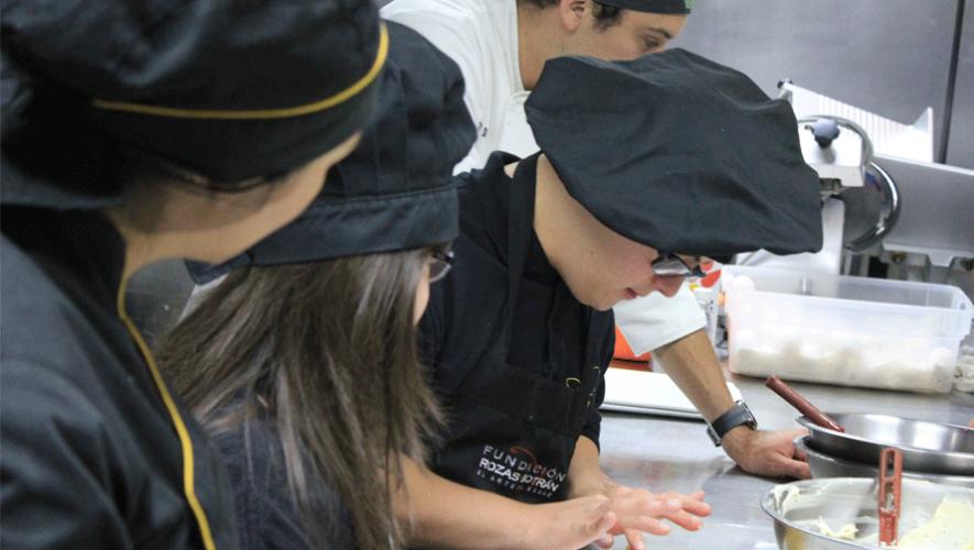 Los jóvenes con síndrome de Down en Guatemala trabajan duro en diferentes empresas. (Foto: Fundación Rozas-Botrán)
