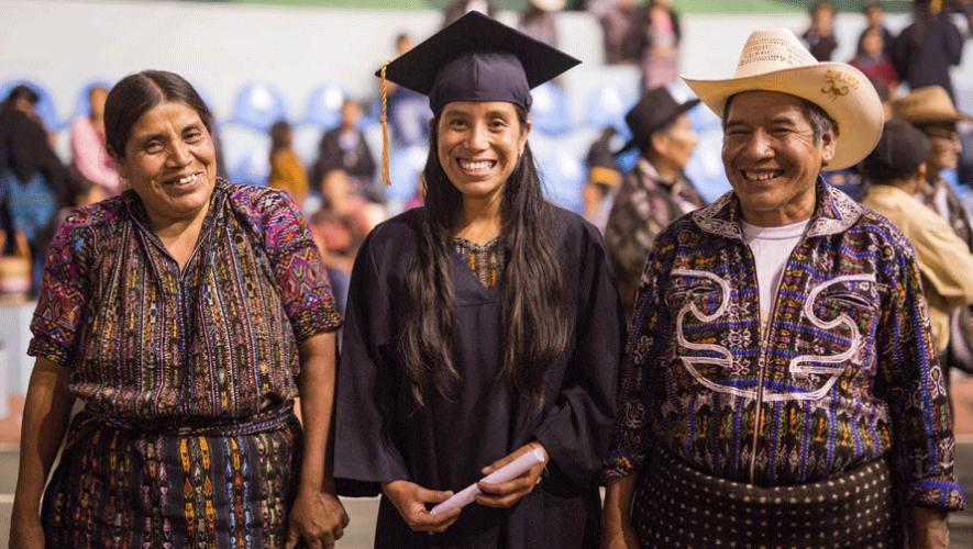 Rosa Coj Bocel junto algunos familiares durante su graduación escolar. (Foto: Living on One)