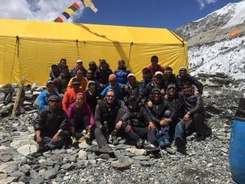 El equipo Altitude Junkies en donde se encuentra la guatemalteca Barbara Padilal —con vestimenta rosada—. (Foto: Shuwer David López)